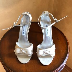 Caparros size 8 cream satin dress shoes with bow